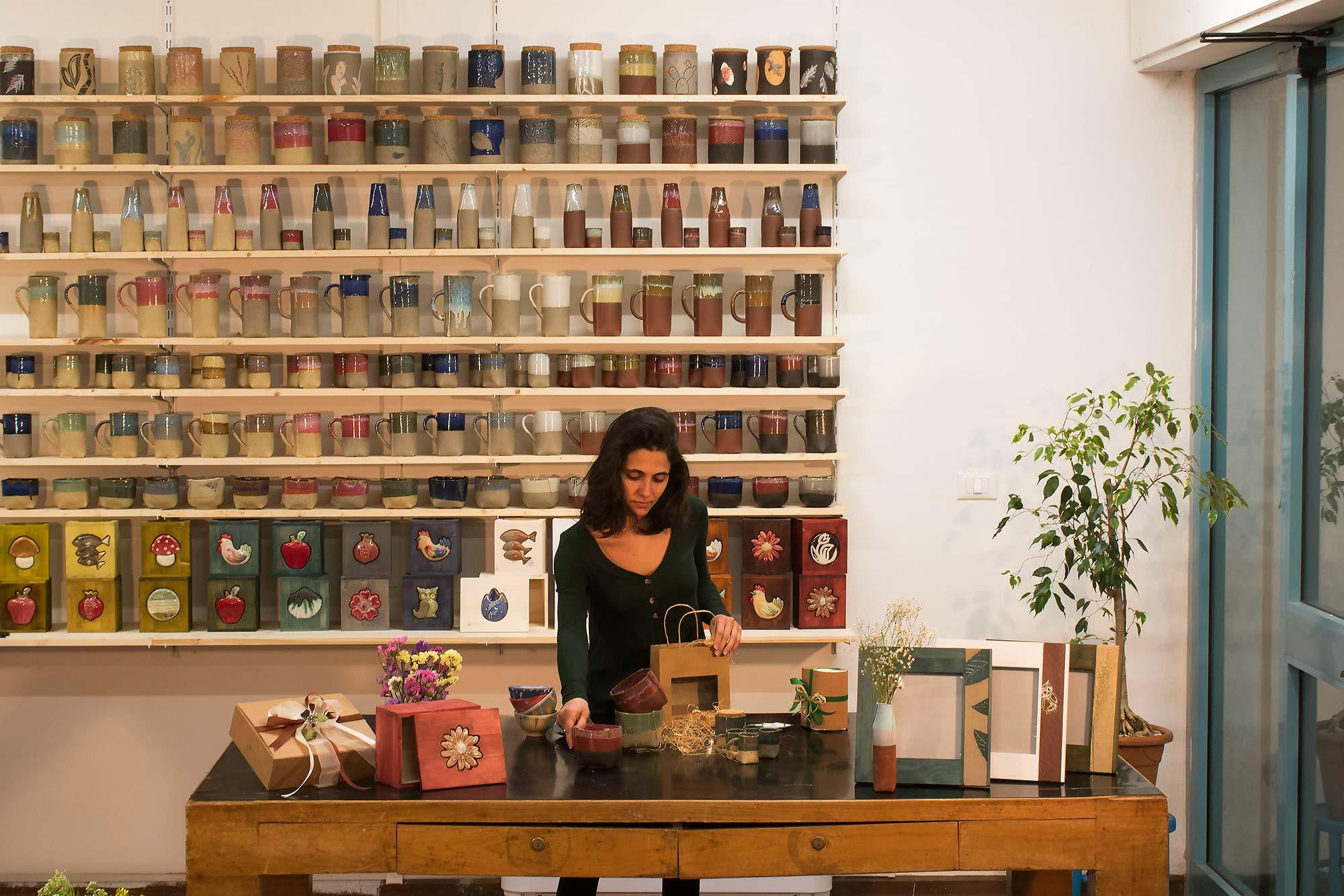 Laboratorio di Artigianato Sociale   rasformiamo le materie grezze in oggetti unici, realizzati dai nostri artigiani esperti, insieme alle persone di cui ci occupiamo.